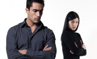 mężczyzna pokłócony z kobieta