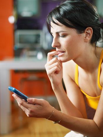 kobieta wpatrzona w swój telefon