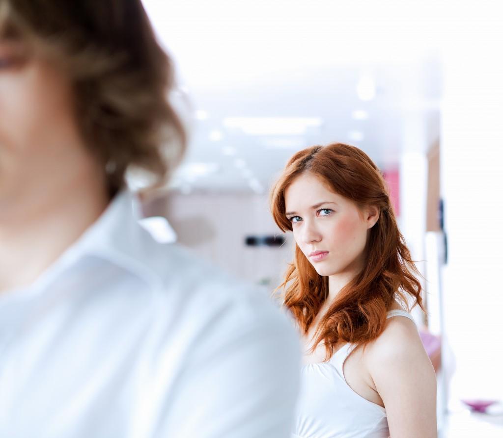 kobieta patrzy na mężczyznę odwróconego tyłem